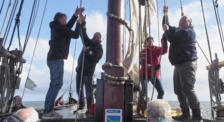Teamwork op zeilschip bij Wadden