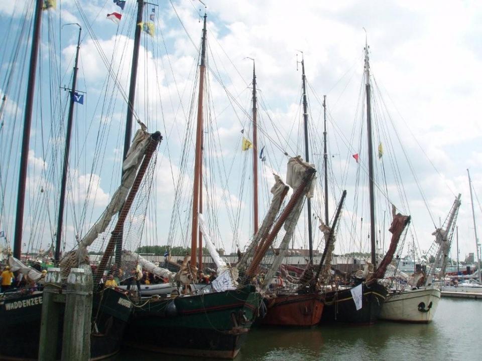 Alle zeilschepen van Rederij Vooruit op een rij tijdens de Eilandvijfdaagse