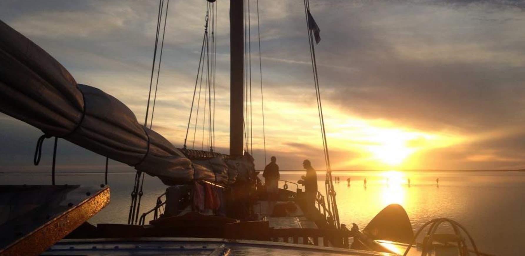 Zeilen met groep op IJsselmeer