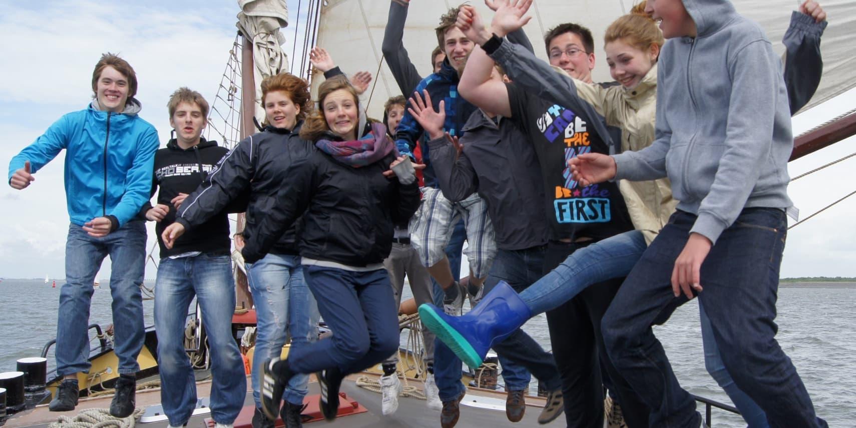 jongeren op vakantie met zeilboot