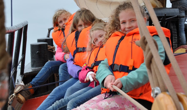 kinderen op zeilboot schoolreisje