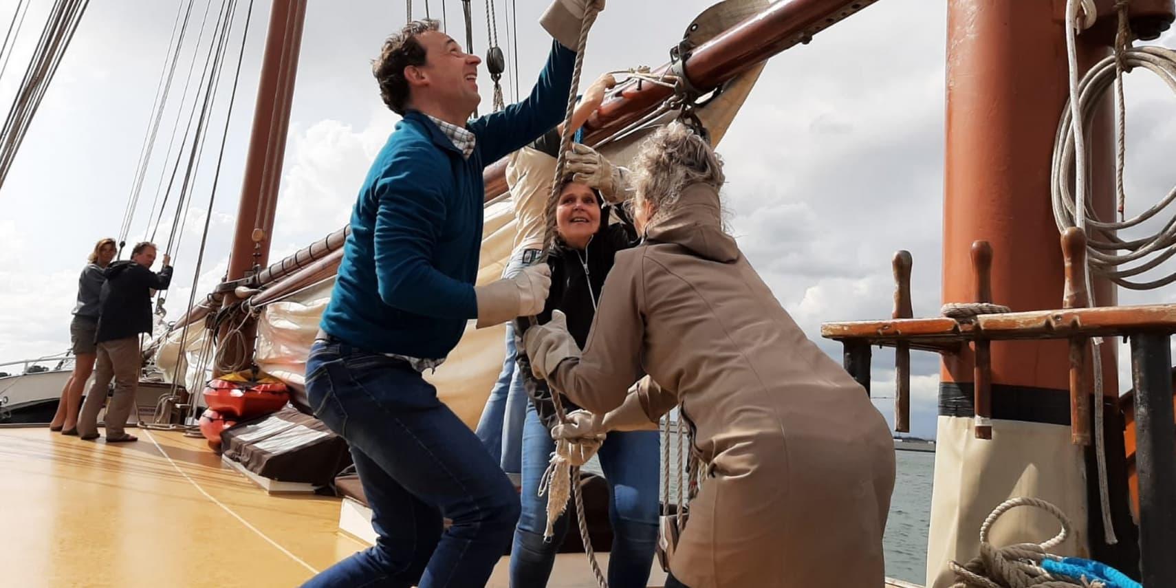 mensen op zeilboot met schipper