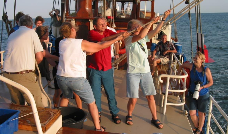 mensen op zeilboot naar texel mermaid