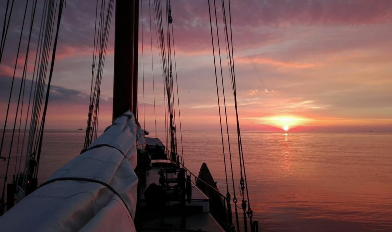 zonsondergang vanaf zeilboot