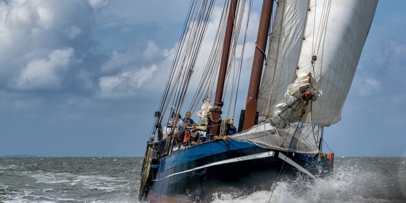 zeilboot varend over de waddenzee